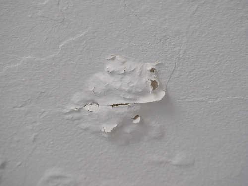 Cómo reparar un desconchado en el techo de un baño