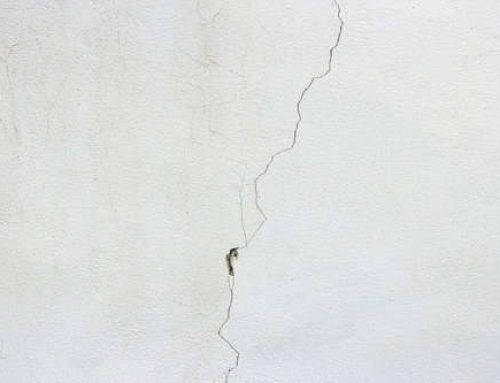 Cómo reparar pequeñas grietas que aparecen en la pared